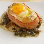 Un délicieux oeuf cocotte en pomme de terre avec du lard et dans champignons.