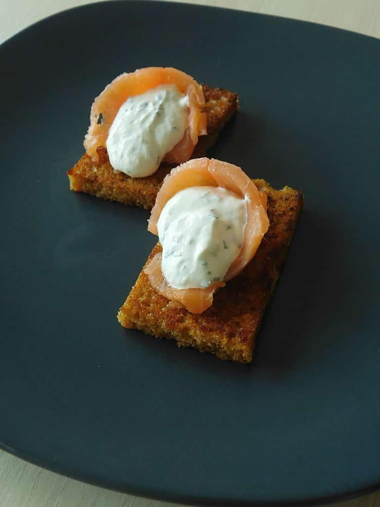 Toasts de pain d'épices au yaourt à la grecque, raifort et saumon fumé