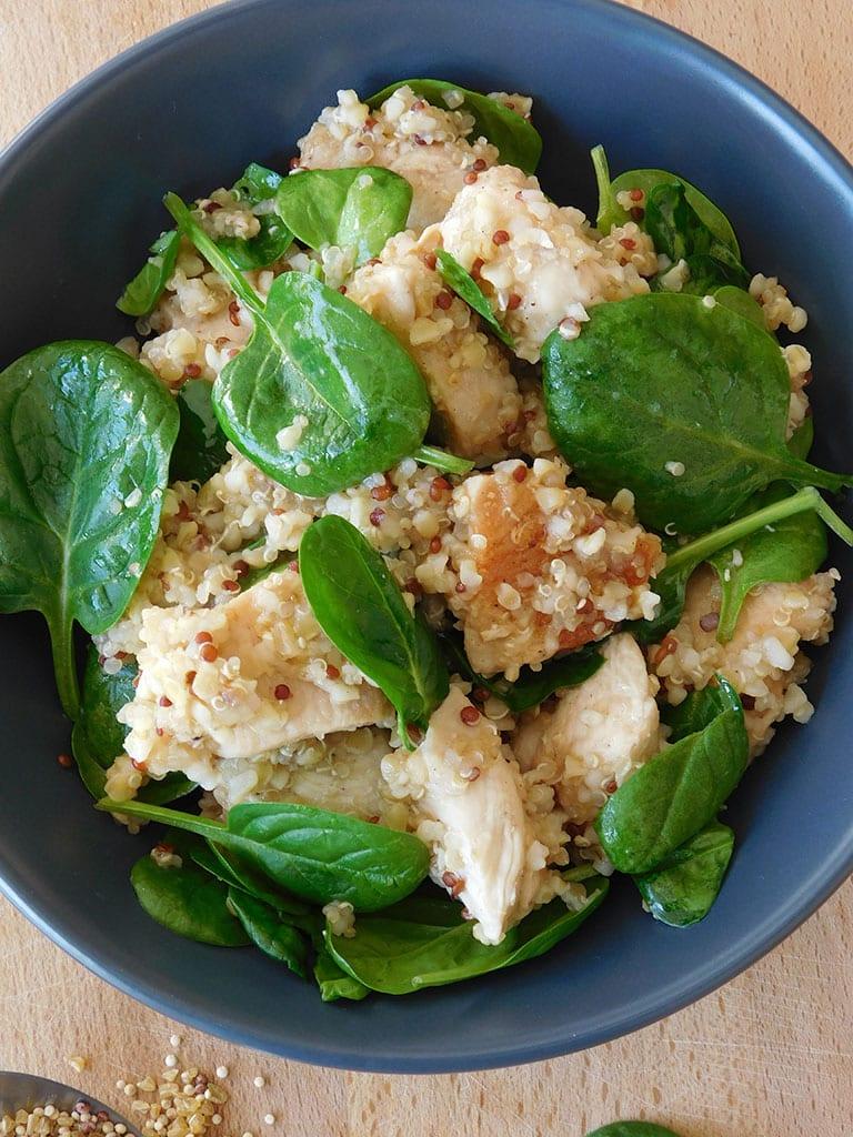 Salade tiède de poulet au quinoa et pousses d'épinard