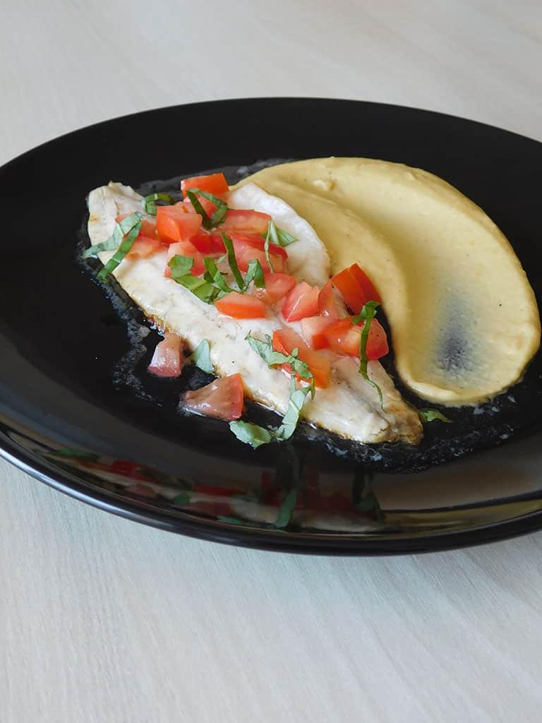 Filet de bar purée de pois chiches sauce vierge
