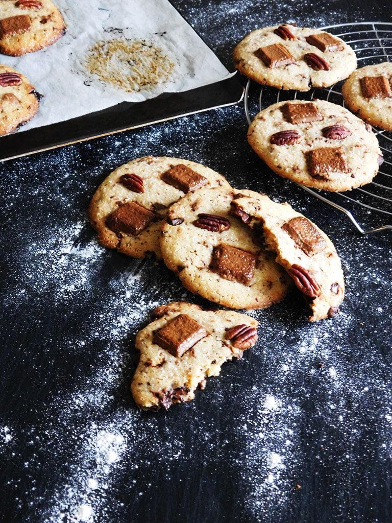 Délicieux cookies aux pépites de chocolat, praliné et noix de pécan.