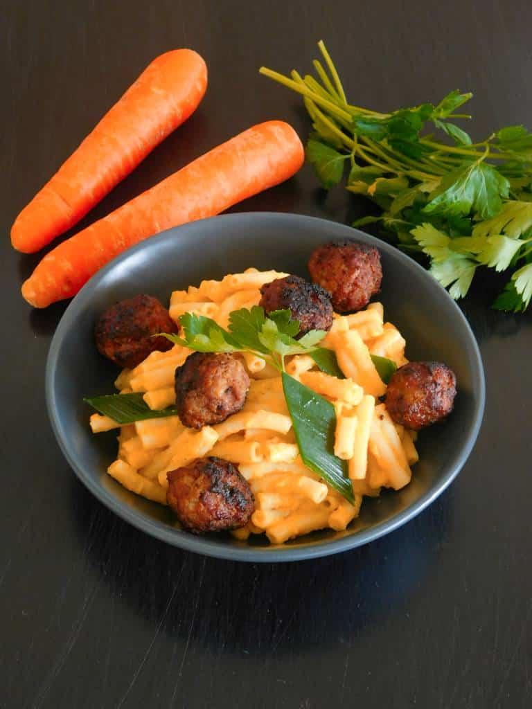 Pâtes à la crème de carottes et boulettes de saucisses.