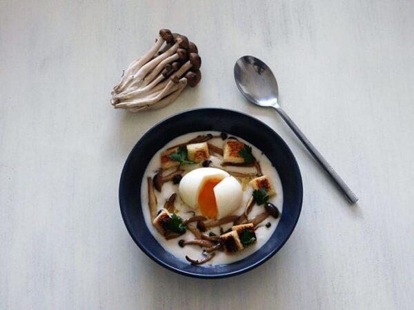 Crème de chou-fleur shimejis et oeuf mollet